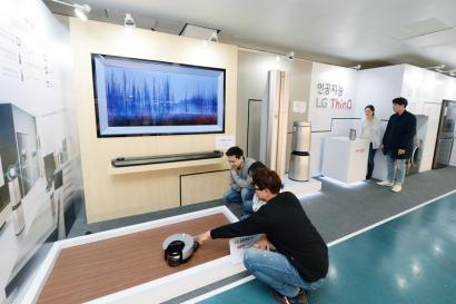 LG전자가 20일부터 사흘간 서울 양천구 목동아이스링크에서 '인공지능 LG 씽큐(ThinQ) 아이스 판타지아'를 선보였다. 22일 행사장을 찾은 관람객들이 'LG 씽큐 존'에서 LG전자 인공지능 제품들을 체험하고 있다.