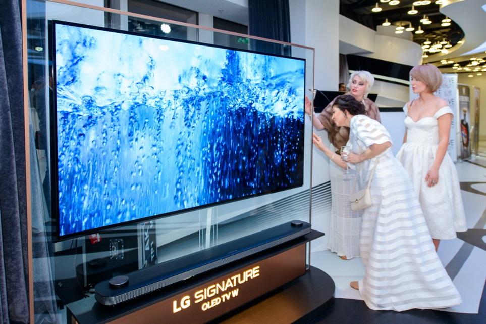 지난 20일 러시아 모스크바에 있는 머큐리시티타워에서 열린 모스크바국제영화제 전야제에 참석한 관람객들이 LG 시그니처 올레드 TV, LG 시그니처 공기청정기, LG 스타일러 등 프리미엄 가전제품을 체험하고 있다.