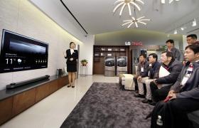 LG전자가 23일부터 25일까지 서울 강서구 LG사이언스파크에서 'LG 이노페스트(LG InnoFest)'를 진행하고 있다. 24일 아시아 지역 거래선 대표들이 인공지능 브랜드 'LG 씽큐'를 소개하는 전시 존에서 인공지능 제품들을 체험하고 있다.