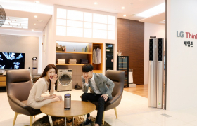 LG전자가 최근 서울 강남구에 위치한 베스트샵 강남본점에 인공지능 '씽큐'를 체험할 수 있는 공간을 마련했다. 고객들은 이 곳에서 LG전자의 인공지능 스피커 '씽큐 허브(ThinQ Hub)'를 포함한 다양한 인공지능 제품 및 IoT 가전·기기를 통해 LG '씽큐'가 제공하는 인공지능 라이프스타일을 경험할 수 있다.