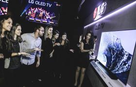 LG전자가 브라질 상파울루에서 주요 거래선과 미디어 관계자들이 참석한 가운데, 독자 인공지능 플랫폼을 적용한 'LG 올레드 TV AI ThinQ(씽큐)'등 2018년형 LG TV 신제품 발표회를 열었다. LG전자 모델이 인공지능 올레드 TV를 소개하고 있다.