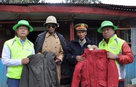 LG전자가 3일(현지시간) 에티오피아에서 한국전 참전용사들에게 후원금과 후원물품을 전달했다. 에티오피아 수도 아디스아바바에 있는 참전용사의 집을 방문한 LG전자 경영지원부문장 이충학 부사장(왼쪽)과 배상호 노조위원장(오른쪽)이 참전용사들에게 패딩점퍼를 선물하고 있다.