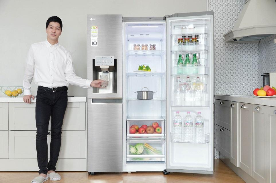 LG전자가 5일 신선기능을 대폭 강화하고 고객들이 선호하는 기능을 더욱 업그레이드한 2018년형 디오스 양문형냉장고 신제품을 선보였다. 신제품은 LG 냉장고만의 차별화된 신선기능인 '자동정온'과 '도어쿨링+' 기능을 탑재했다. 사진은 모델이 얼음정수기를 탑재한 2018년형 LG 디오스 양문형냉장고를 소개하고 있다.
