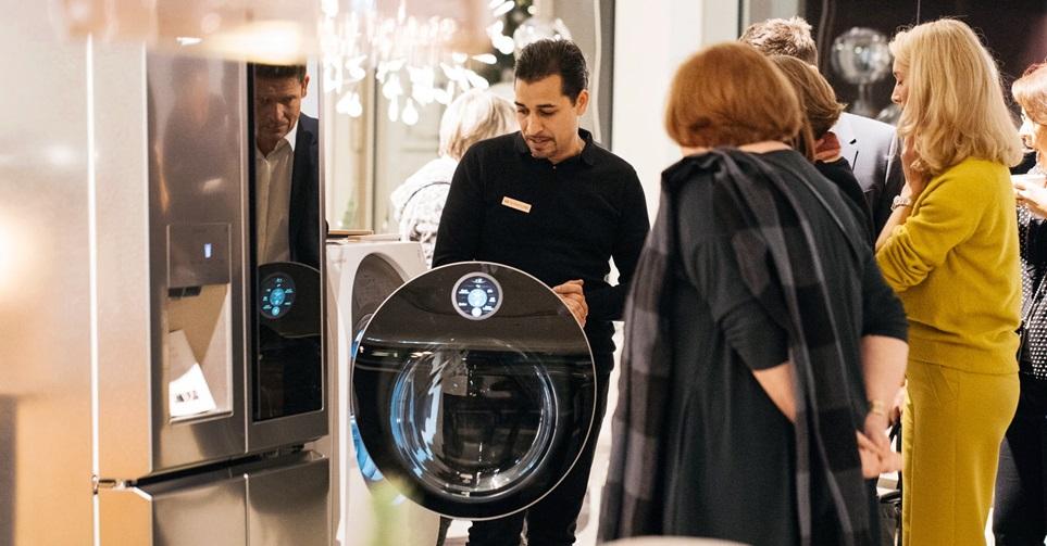 LG전자가 독일에서 명품가구회사들과 협업해 超프리미엄 가전 'LG 시그니처'의 혁신적인 성능과 디자인을 알리고 있다. 사진은 슈투트가르트에 위치한 플라이너바이아키테르 매장에서 고객이 'LG 시그니처' 제품을 체험하고 있는 모습