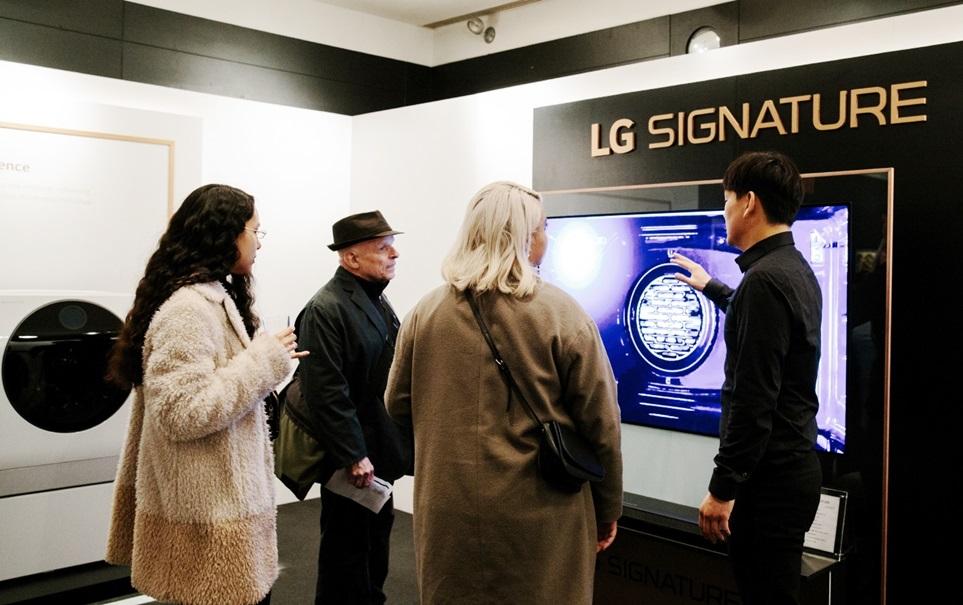 LG전자는 지난달 29일부터 이달 8일까지 미국 뉴욕에서 열리는 독립영화제 'NDNF'를 공식 후원한다. 영화제를 찾은 관람객들이 'LG 시그니처 라운지'에서LG 시그니처 제품들을 체험하고 있다.