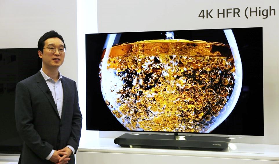 LG SIGNATURE 올레드 TV W를 소개하는 모습