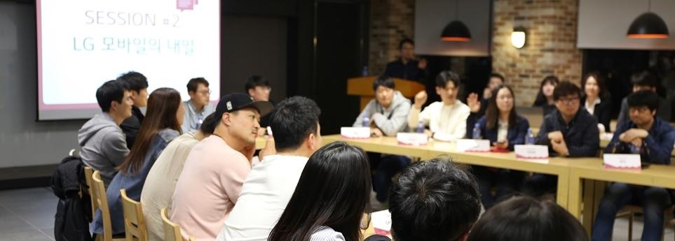 앞다퉈 LG 모바일 경영진에게 질문하고 있는 '더 블로거'.