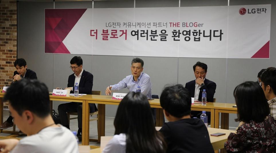 '더 블로거'들의 질문에 답변하고 있는 MC사업본부장 황정환 부사장.