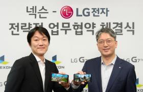 LG전자 한국모바일그룹장 이상규 부사장(오른쪽)과 넥슨 이정헌 대표(왼쪽)이 LG G7 ThinQ 로 카이저 게임을 소개하고 있다.