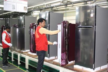 LG전자가 인도에서 생산하고 판매하는 고효율 냉장고를 통해 유엔기후변화협약(UNFCCC) 집행위원회로부터 탄소배출권 17만 3천 톤을 인정받았다. LG전자 인도 냉장고 생산라인에서 법인 직원들이 냉장고를 생산하고 있다.