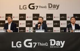3일 서울 용산역 컨벤션홀에서 열린 LG G7 씽큐 공개 기자간담회에서 MC사업본부장 황정환 부사장(가운데)이 신제품과 사업방향에 대해 발표하고 있다.