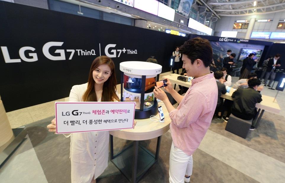 LG G7 ThinQ 체험해보세요: LG전자는 4일부터 역대 최대 규모인 전국 50개 거점에서 체험 부스인 'LG G7 ThinQ 스퀘어'를 운영한다. 18일 출시에 앞서 11일부터 17일까지 예약판매도 진행한다. 예약구매 고객은 출시 혜택 외에도 구매후 1년 동안 액정 파손 1회 보상, LG 베스트샵 5만 포인트 등의 혜택을 받을 수 있다. 4일 모델이 서울 용산역에 설치된 'LG G7 ThinQ 스퀘어'에서 LG G7 ThinQ 를 소개하고 있다.