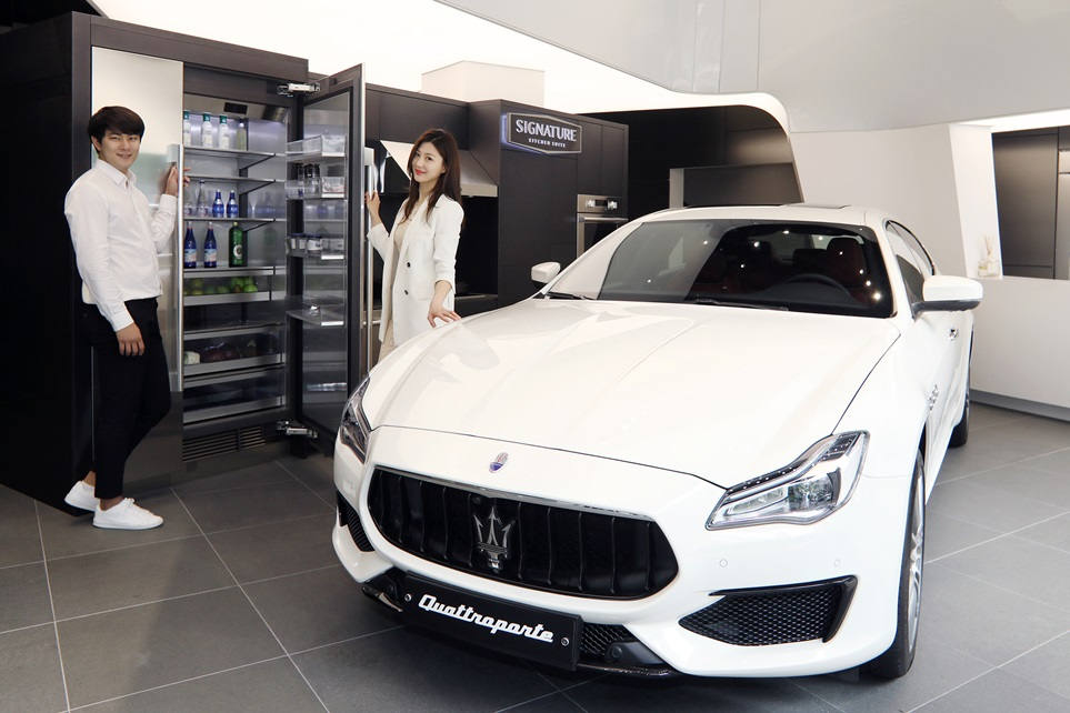 LG전자의 초프리미엄 빌트인 '시그니처 키친 스위트(SIGNATURE KITCHEN SUITE)'가 이탈리안 하이퍼포먼스 럭셔리카 '마세라티(Maserati)'와 손잡고 국내에서 공동 마케팅을 펼친다. 서울 논현동 '시그니처 키친 스위트' 쇼룸 1층에 '마세라티'의 플래그십 스포츠 세단 '콰트로포르테 S Q4'이 전시된 모습.