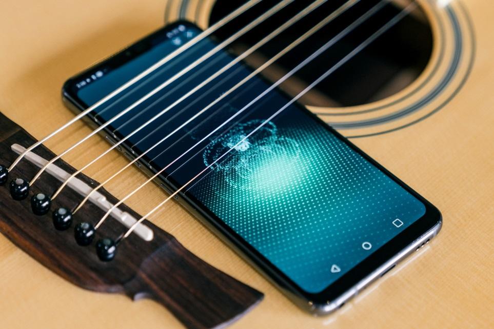 """LG G7 ThinQ가 해외 언론들로부터 호평을 받았다. 업그레이드된 오디오, 배터리, 카메라, 디스플레이 등 스마트폰의 핵심 기능과 생활의 편리함을 더한 AI, 정제된 디자인의 세련미를 주목했다. 美 IT 전문매체 <안드로이드헤드라인>은 """"이 달에 새로운 폰을 구매하려면 LG G7 ThinQ를 반드시 고려할 것""""이라고 추천했다."""