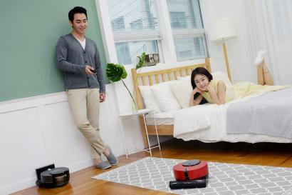 LG전자가 14일 더 똑똑한 인공지능, 강력한 청소성능, 고객을 배려한 다양한 편의기능을 두루 갖춘 로봇청소기 '코드제로 R9 씽큐'를 국내시장에 공식 출시했다. 신제품은 고성능 센서, 독자 인공지능 플랫폼 '딥씽큐', LG 코드제로 시리즈의 핵심 기술력을 대거 탑재해 프리미엄 로봇청소기의 새로운 기준을 제시하는 제품이다.