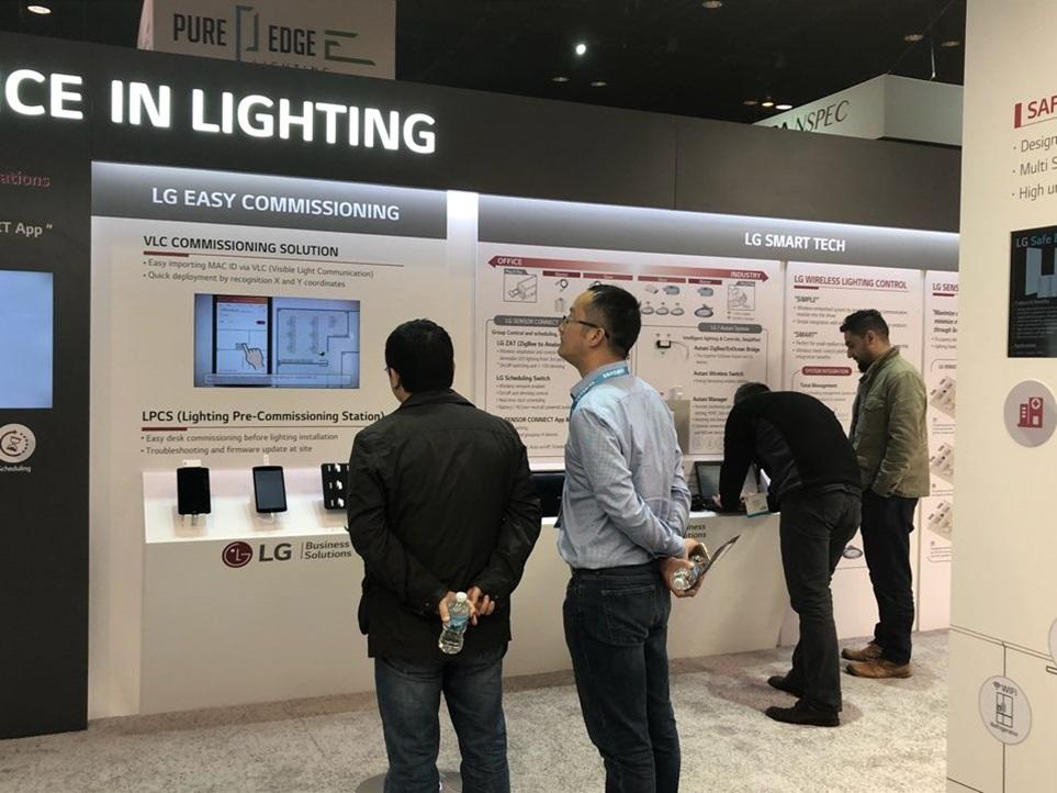 LG전자가 8일부터 10일까지 미국 시카고에서 열리는 2018 국제조명전시회에 참가해 고효율 고성능 조명솔루션을 대거 선보인다. 사진은 관람객들이 스마트조명 솔루션인 'LG 센서 커넥트'가 전시된 부스를 둘러보고 있다.