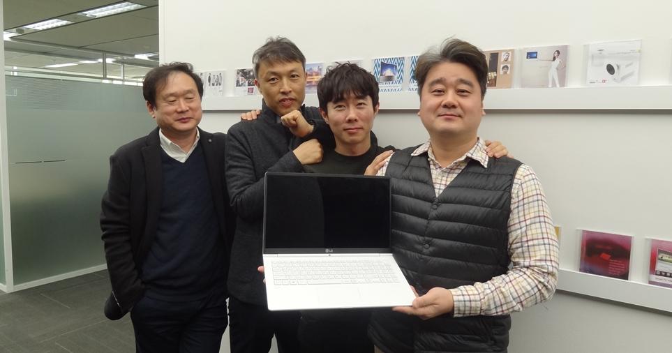 'LG 그램' 디자이너 (왼쪽부터 우강호 책임연구원, 이희창 책임연구원, 이태진 선임연구원, 문이현 책임연구원)