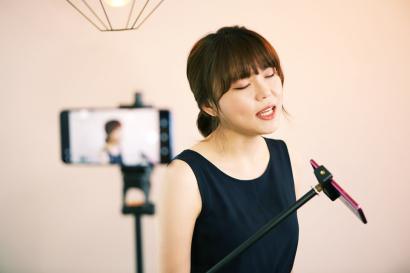 인디밴드 가을방학의 보컬 계피가 LG G7 ThinQ로 라이브 촬영을 하고 있다.
