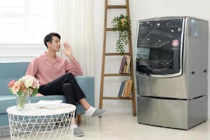 LG전자가 19일 독자 인공지능 플랫폼 딥씽큐를 탑재해 자연어 음성인식은 물론 고객의 제품 사용패턴과 날씨정보를 학습하고 최적화된 세탁옵션을 알아서 설정해주는 스마트케어 기능까지 모두 갖춘 '트롬 씽큐 드럼세탁기'를 출시했다. 이 제품은 고객이 음성으로 제품을 제어하는 것에서 나아가 세탁기의 상태를 진단한 결과나 세탁 방법을 음성으로 알려주기도 한다.