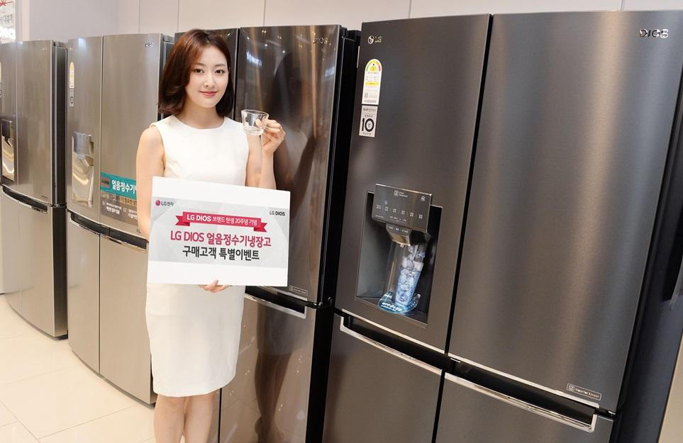 LG전자가 이달 초부터 내달 말까지 LG 디오스 브랜드 런칭 20주년을 맞아 고객들이 얼음정수기냉장고를 합리적으로 구매할 수 있는 고객감사 행사를 마련했다. 내달 말까지 LG 얼음정수기냉장고를 구매하는 고객들은 최장 3년 동안 헬스케어 매니저의 방문서비스를 무상 지원받을 수 있고, 모델에 따라 최대 20만 원 캐시백도 제공받을 수 있다.