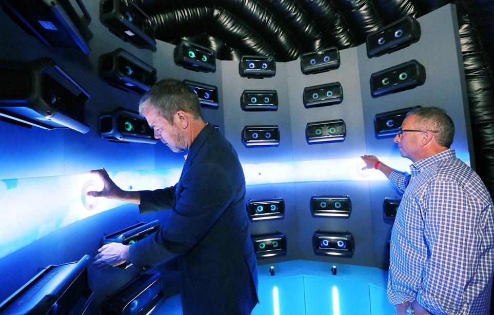 미국 현지시간 21일 저녁 뉴욕 '내셔널소더스트'에서 데이비드 반더월 LG전자 미국법인 마케팅담당 부사장(왼쪽), 팀 알레시 HE제품마케팅담당(오른쪽)이  LG 포터블 스피커  체험존에서 사운드를 감상하고 있다.