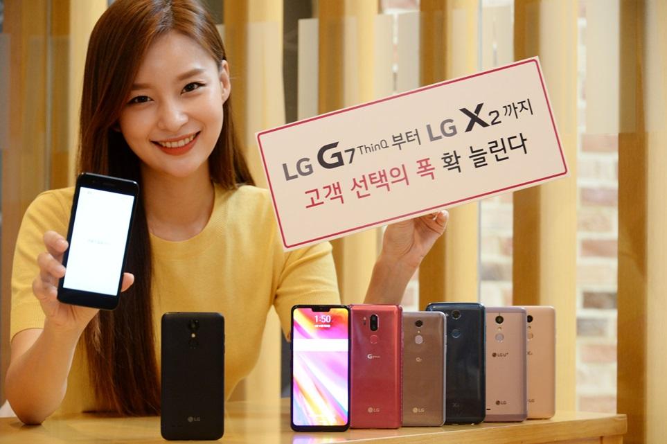 LG전자가 28일 알뜰요금제 전용 스마트폰 LG X2를 출시하면서 프리미엄부터 알뜰폰까지 라인업을 다양한 제품군을 갖추게 됐다. LG X2는 출고가 19만 8천 원의 매력적인 가격에도 HD 해상도(1280X720)를 갖춘 5인치 디스플레이를 장착한 것이 특징이다. 모델이 28일 서울 여의도 LG트윈타워에서 이날 출시한 LG X2를 비롯해 다양한 LG 스마트폰을 소개하고 있다.
