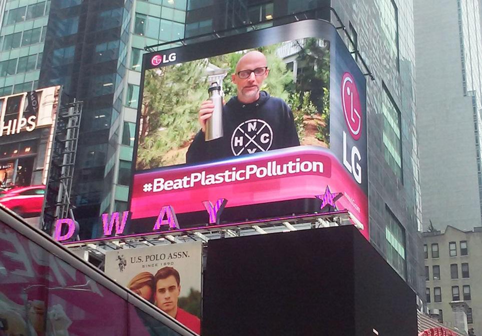 LG전자는 세계 환경의 날을 맞아 미국 뉴욕과 영국 런던에서 환경보호를 위해 플라스틱을 줄이자는 내용의 캠페인을 진행하고 있다. 뉴욕 타임스스퀘어/런던 피커딜리에 있는 LG전자 전광판에서 환경보호 캠페인 영상을 상영하고 있다.