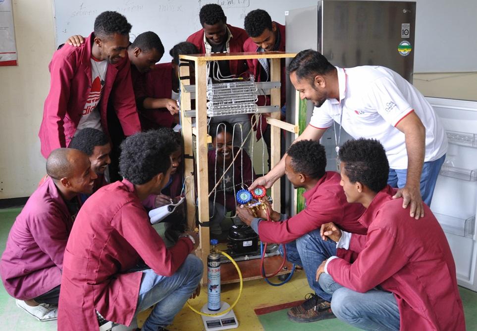 LG전자가 기술명장을 꿈꾸는 에티오피아 우수 인재들의 자립을 돕는다. 4일(현지시간) 에티오피아 수도 아디스아바바에 있는 LG-KOICA 희망직업훈련학교에서 학생들이 애프터서비스 전문가에게 제품 수리 노하우를 배우고 있다.
