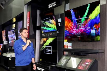 LG전자 2018년형 올레드 TV에 대해 AV포럼스, 트러스티드 리뷰, 왓하이파이 등 글로벌 IT 매체들의 호평이 이어지고 있다. 미국 베스트바이에 매장에서 직원이 올레드 TV를 소개하고 있다.