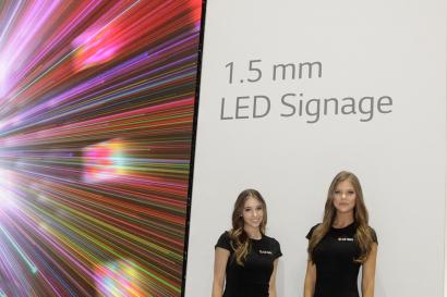 LG전자 모델이 1.5mm 픽셀피치로 실내에서도 선명한 화질을 구현할 수 있는 LED 사이니지를 소개하고 있다.