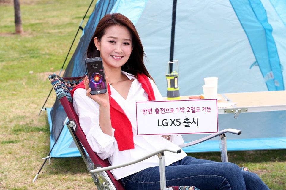 LG전자가 8일 한 번 충전하면 1박 2일은 거뜬하게 쓸 수 있는 실속형 스마트폰 'LG X5'를 출시한다. 36만 3천 원의 매력적인 가격에 지문인식, LG페이, 초광각 전면카메라, 라디오 등 차별화된 다양한 편의기능을 갖춘 것이 특징이다. 모델이 여의도 한강공원에서 LG X5를 소개하고 있다.
