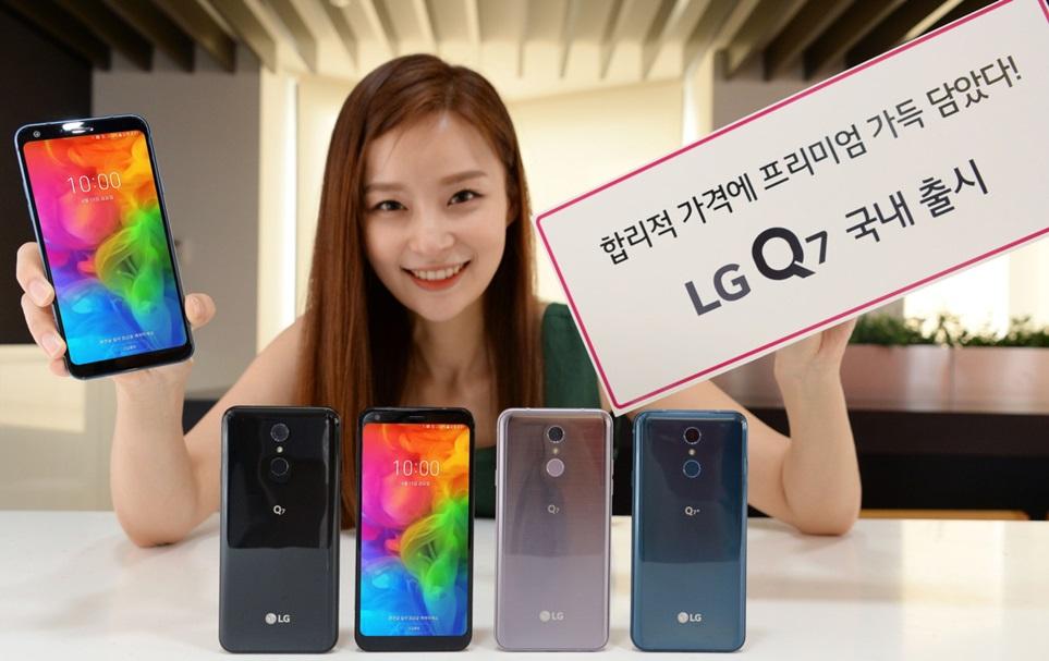 LG전자가 15일 합리적인 가격에 프리미엄 디자인과 기능을 갖춘 중가형 Q시리즈 신작 LG Q7을 이동통신 3사를 통해 출시한다. LG Q7은 LG전자 최신 프리미엄 스마트폰 LG G7 ThinQ의 유려한 디자인과 편리한 기능들을 계승했다. 메모리를 늘린 LG Q7+(플러스)를 함께 선보여 선택의 폭도 넓힌다. 가격은 RAM과 저장공간(ROM)이 각각 3GB와 32GB인 LG Q7이 49만5천원, 4GB와 64GB인 LG Q7+가 57만2천원이다.