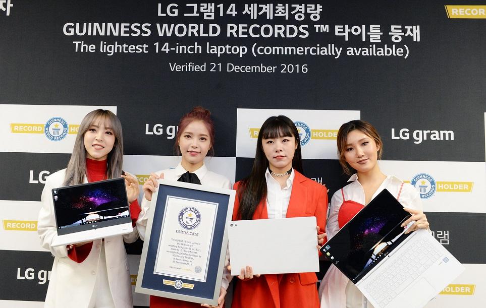 2017년형 'LG 그램 14' 월드 기네스북 인증서 수여식에 참석한 걸그룹 '마마무'