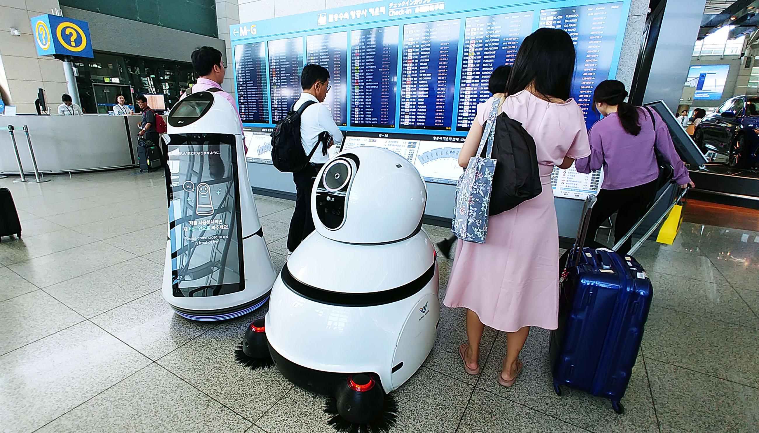 2017년 인천국제공항에서 시범서비스를 선보였던 '안내로봇'과 '청소로봇'