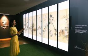 서울 중구 동대문 디자인 플라자(DDP)에서 '조선 최후의 거장, 장승업 X 취화선展'을 찾은 관람객들이 LG 전자 울트라 스트레치 사이니지 8장으로 조성한 디지털병풍에서 장승업의 화조도를 감상하고 있다.