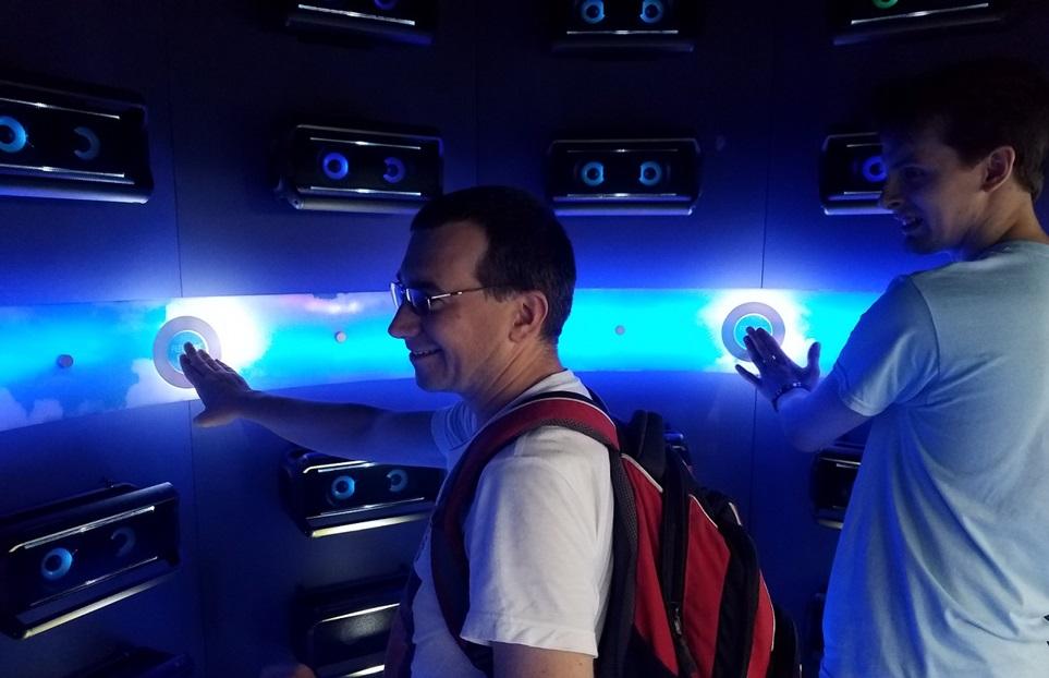 8일 미국 시카고에서 열린 밀레니엄 뮤직 페스티벌 현장에 마련된 LG 포터블 오디오 체험공간에서 고객들이 'PK 시리즈'의 생생한 음향을 체험하고 있다.
