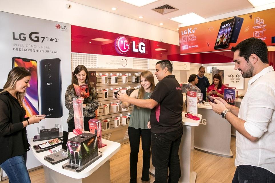 """브라질 상파울루에 위치한 한 전자제품 매장에서 고객들이 LG G7 <sup>ThinQ</sup> 를 살펴보고 있다. 브라질 유력 매체 <오 글로보(O globo)>는 """"햇빛 아래서도 선명한 디스플레이, 놀라운 사운드, 넓게 찍을 수 있는 광각 렌즈와 알아서 최적의 화질을 제공하는 AI 카메라를 갖췄다""""며 """"LG G7 ThinQ는 의심의 여지가 없는 최고의 성능을 탑재한 폰""""이라고 평가했다."""