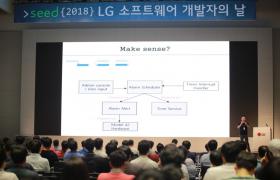 LG전자 인공지능 R&D 속도 낸다_01~03 : 19일 서울 마곡동에 위치한 LG사이언스파크에서 LG전자가 개발자들의 인공지능 관련 역량을 강화하고 그룹 계열사에 인공지능 개발 노하우를 공유하는 시간을 가졌다. LG전자 SW공학연구소장 엄위상 연구위원이 발표하고 있다.