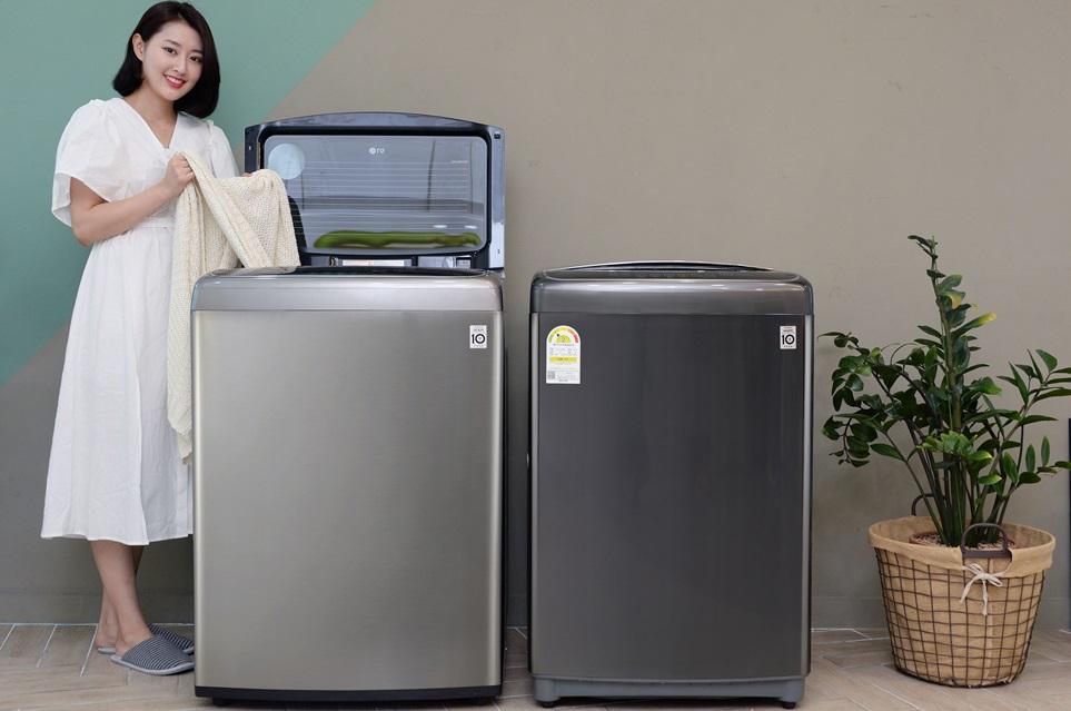 LG전자가 25일 출시한 프리미엄 통돌이세탁기 '블랙라벨 플러스' 신제품은 LG 세탁기의 상징인 인버터 DD 시스템을 향상시켜 효율이 보다 높아졌다. 신제품은 기존보다 물 사용량을 10%, 전기 사용량을 40% 줄이면서도 LG 세탁기만의 탁월한 세탁성능은 그대로 구현한다. 모델이 LG 통돌이세탁기 블랙라벨 플러스 신제품을 소개하고 있다.