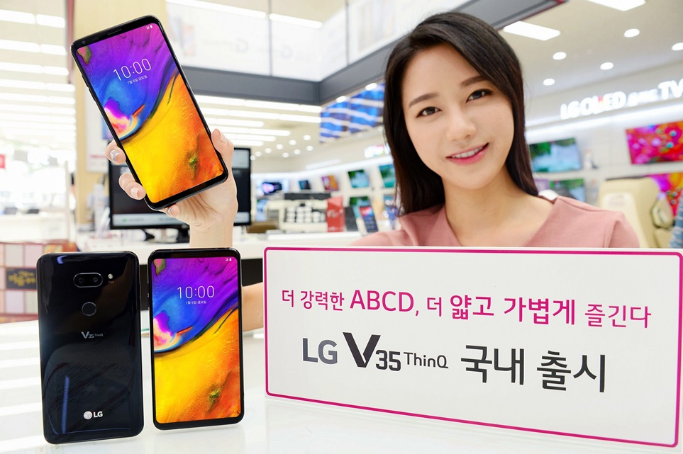 LG전자가 6일 프리미엄 스마트폰 LG V35 ThinQ를 이동통신 3사와 자급제 채널을 통해 국내시장에 출시한다. LG전자 모델이 LG V35 ThinQ를 소개하고 있다.