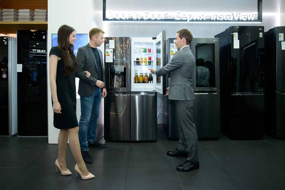 LG전자는 4일 러시아 모스크바의 대형 쇼핑센터인 '메트로폴리스 몰(Metropolis Mall)'에 377제곱미터(㎡) 규모의 프리미엄 브랜드샵을 열었다. LG전자는 고객들이 超프리미엄 가전 LG 시그니처(LG SIGNATURE)를 비롯해 올레드 TV, 인스타뷰 냉장고, 트윈워시 세탁기, 코드제로 A9 무선청소기 등 다양한 프리미엄 제품을 편안하게 체험할 수 있도록 공간을 꾸몄다.