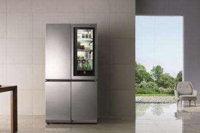 최고상을 받은 LG 시그니처 노크온 매직스페이스 냉장고. 노크온 매직스페이스를 사용할 경우, 사용자가 문을 여닫는 횟수를 최소화해 문 전체를 여닫을 때에 비해 냉기 유출을 47% 줄일 수 있다.