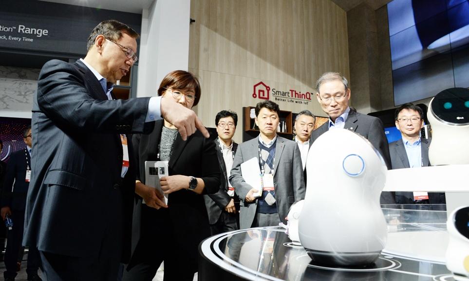 'CES 2017'에서 처음 선보인 로봇을 살펴보는 LG전자 조성진 CEO