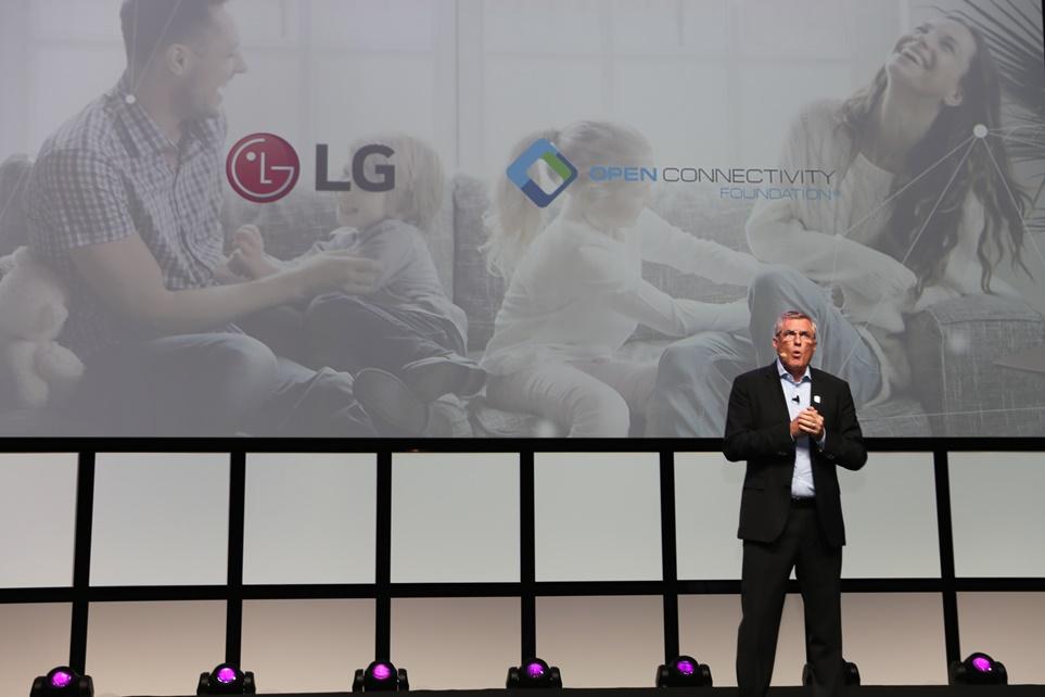로벌 IoT 표준 단체인 'OCF (Open Connectivity Foundation)'의 매튜 페리(Matthew Perry) 의장이 등장해 가전 간 '연결'의 중요성을 다시 한 번 강조
