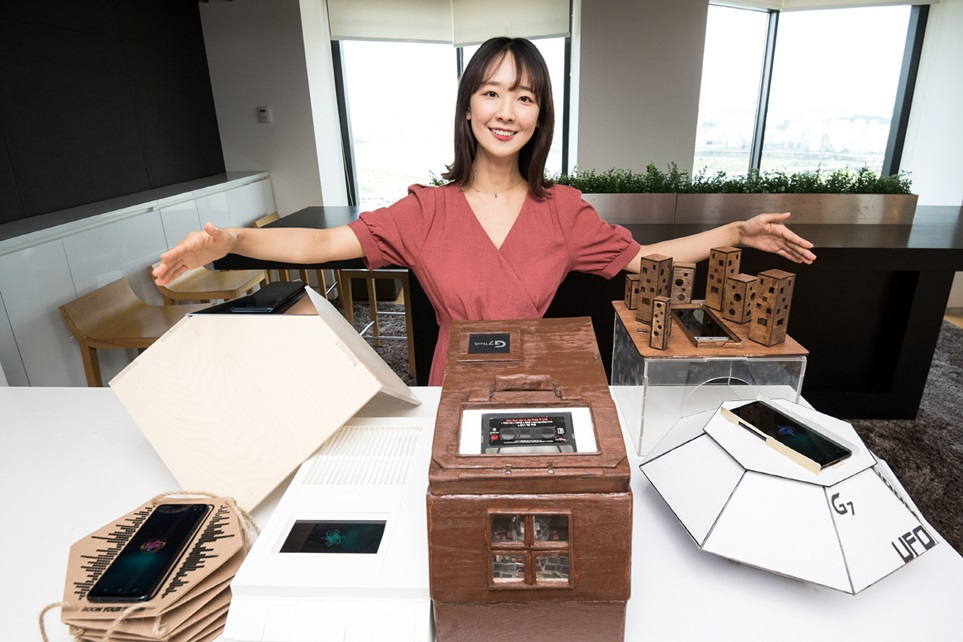 LG전자가 고객이 직접 LG G7 ThinQ의 '붐박스 스피커'를 만드는 이색 경진대회 <붐 유어 사운드(Boom Your Sound)> 최우수 작품을 독일 베를린에서 열리는 IFA 2018에서 소개한다.전 세계 관람객을 대상으로 공명할 수 있는 주변 사물을 활용해 풍성한 사운드를 구현하는 LG G7 ThinQ의 '붐박스 스피커'의 장점을 알린다는 취지다. 12일 모델이 서울 여의도에 위치한 LG트윈타워에서 붐박스 스피커 최우수 작품을 소개하고 있다. 나무 통판으로 만든 이 작품은 대형 카세트 오디오를 연상시키는 디자인으로 레트로 감성을 더했다.