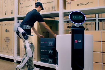 LG전자가 31일 독일 베를린에서 개막하는 'IFA 2018'에서 웨어러블 로봇 'LG 클로이 수트봇(LG CLOi SuitBot)'을 처음 공개한다. 이 제품은 산업현장부터 일상생활까지 다양한 분야에서 활용할 수 있는 하체 근력 지원용 웨어러블 로봇이다. 사진은 'LG 클로이 수트봇'을 착용한 작업자가 물류센터에서 상품을 쇼핑카트로봇에 옮겨담고 있는 모습.