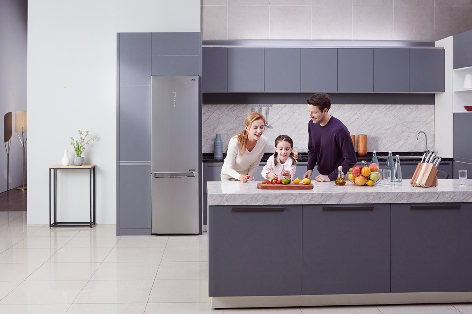 LG전자가 이달 말 독일 베를린에서 열리는 가전전시회 IFA 2018에서 핵심부품인 컴프레서의 에너지효율과 내구성을 세계 최고 수준으로 끌어올린 센텀시스템 냉장고 신제품을 선보인다. 신제품은 에너지효율이 유럽 최고 기준인 A+++보다 최대 40% 더 뛰어나다. 또 LG 냉장고의 상징인 인버터 리니어 컴프레서에 대해 업계 최장 20년 무상보증도 제공한다.