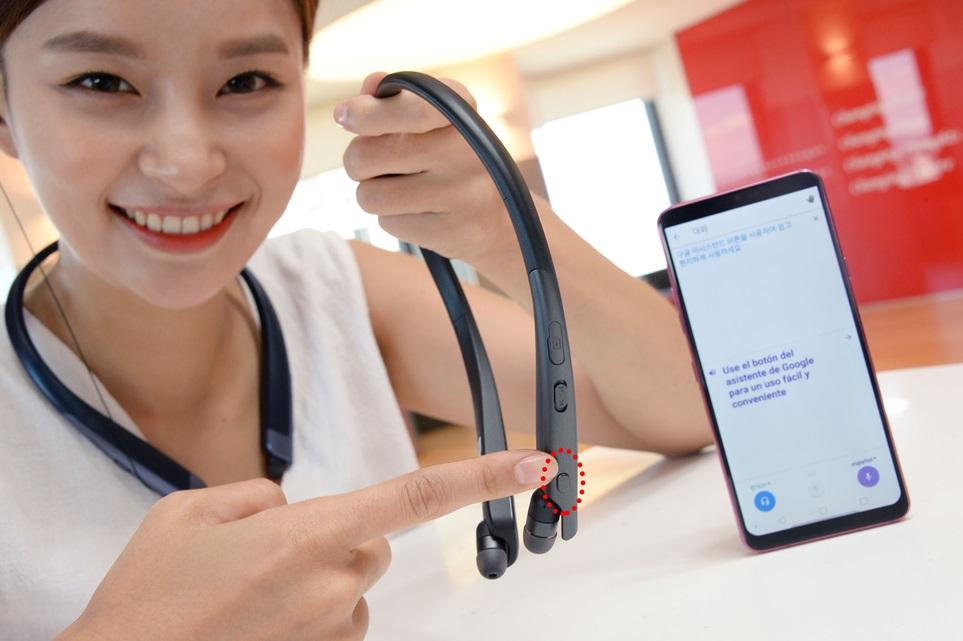LG전자가 이달 31일부터 내달 4일까지 독일 베를린에서 열리는 IFA2018에서 프리미엄 음질에 스마트 기능을 더한 블루투스 헤드셋 '톤 플러스' 신제품을 선보인다. LG전자 모델이 HBS-2000을 소개하고 있다.
