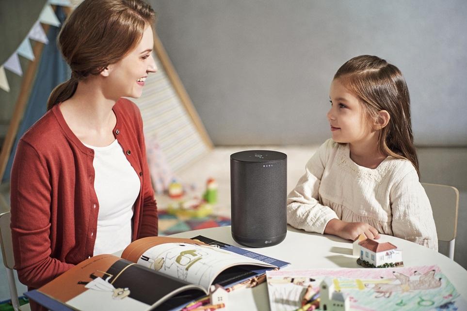 고객들이 구글 어시스턴트 기능은 물론 '메리디안 오디오'와 협업한 고음질 등을 구현하는 LG전자 인공지능 스피커 'LG 엑스붐 AI 씽큐(WK7)'로 음악을 감상하고 있다.