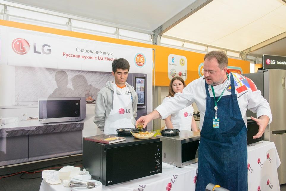 LG전자는 이달 12일까지 진행되는 러시아 최대 유스포럼(Youth Forum)인 '테라 샤인치아 2018'을 공식 후원하고 있다. 러시아 출신의 셰프인 블라드 피스쿠노프(Vlad Piskunov)가 LG광파오븐을 이용한 요리교실을 진행하고 있다.